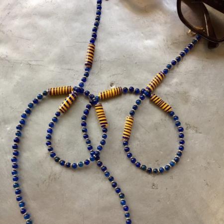 بند عینکی با طرح و رنگی شاد سرامیک نقاشی شده ، سنگ عقیق ، سنگ حدید در این بند عینک بکار گرفته شده است.