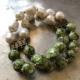 دستبند دو رشته ای از گوی شیشه ای سبز و سنگ مروارید پرورشی