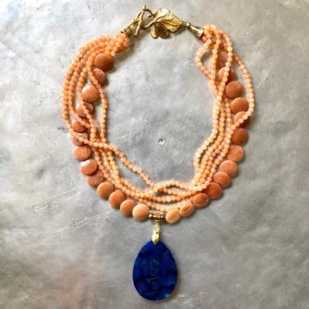 گردنبند از سنگ عقيق نارنجى سكه اى و سنگ عقیق ریز و آویز کوارتز