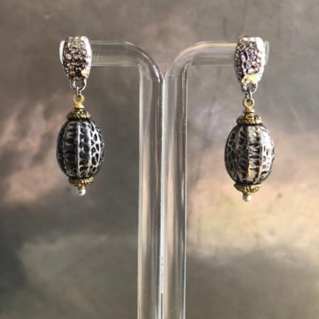 گوشواره ای ساده و سبک از ترکیب المان های فلزی مختلف با رنگ هاینقره ای و طلایی .