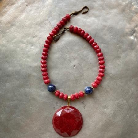 گردنبندی از سنگ عقیق سرخ و سنگ لاجورد