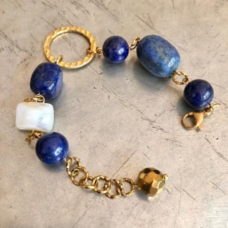 دستبند از سنگ لاجورد و مروارید باروک در مجموعه جدید زیب.