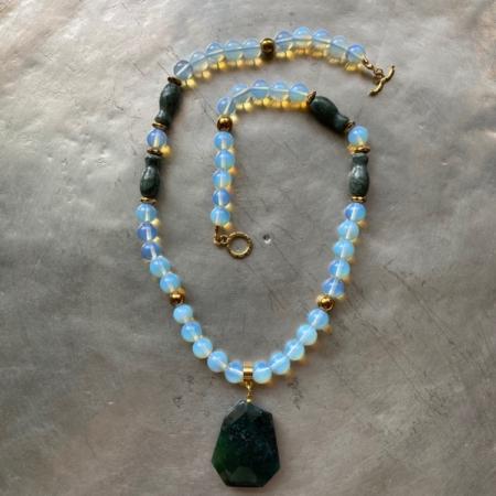 گردنبندی از سنگ اپال سنگ یشم گلدانی ، سنگ عقیق و سنگ حدید